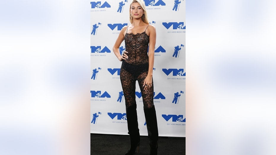 Hailey Baldwin arrives at the 2017 MTV Video Music Awards on August 27, 2017.