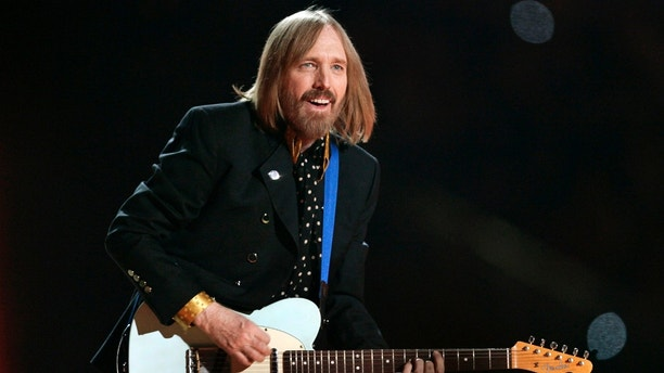 Singer Tom Petty and the Heartbreakers perform during the half time show of the NFL's Super Bowl XLII football game between the New England Patriots and the New York Giants in Glendale, Arizona, February 3, 2008.     REUTERS/Jeff Haynes (UNITED STATES) - GM1DXENUJPAA