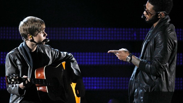 "Canadian singer Justin Bieber (L) and Usher perform ""Talk Baby"" at the 53rd annual Grammy Awards in Los Angeles, California February 13, 2011.  REUTERS/Lucy Nicholson (UNITED STATES - Tags: ENTERTAINMENT) (GRAMMYS-SHOW) - RTR2IKDH"