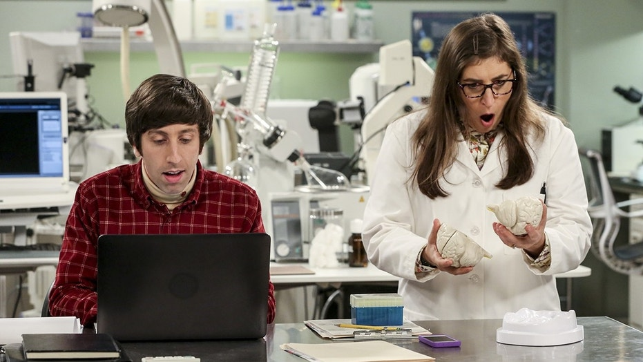 "Howard Wolowitz (Simon Helberg) and Amy Farrah Fowler (Mayim Bialik) on CBS' ""The Big Bang Theory."""