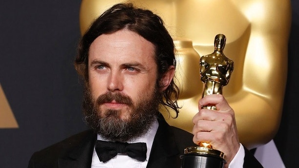 89th Academy Awards - Oscars Backstage - Hollywood, California, U.S. - 26/02/17 – Casey Affleck, winner of Best Actor for Manchester by the Sea, holds his oscar. REUTERS/Lucas Jackson - HP1ED2R0FWY7A
