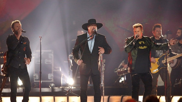"51st Country Music Association Awards – Show - Nashville, Tennessee, U.S., 08/11/2017 - Rascal Flatts, Dierks Bentley and Garth Brooks perform ""My Town."" REUTERS/Mario Anzuoni - HP1EDB90537HX"