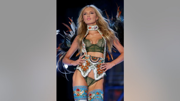 Model Romee Strijd presents a creation during the 2016 Victoria's Secret Fashion Show at the Grand Palais in Paris, France, November 30, 2016.  REUTERS/Charles Platiau   FOR EDITORIAL USE ONLY. NOT FOR SALE FOR MARKETING OR ADVERTISING CAMPAIGNS - RC18831DF910