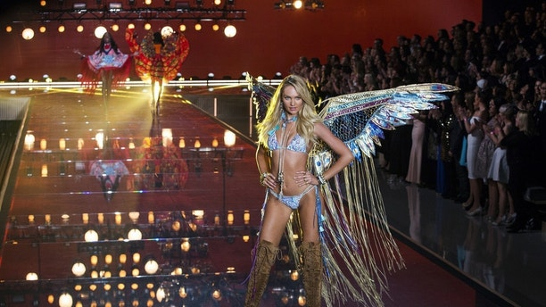 Model Candice Swanepoel presents a creation during the 2015 Victoria's Secret Fashion Show in New York, November 10, 2015. REUTERS/Lucas Jackson FOR EDITORIAL USE ONLY. NOT FOR SALE FOR MARKETING OR ADVERTISING CAMPAIGNS. - GF20000054118