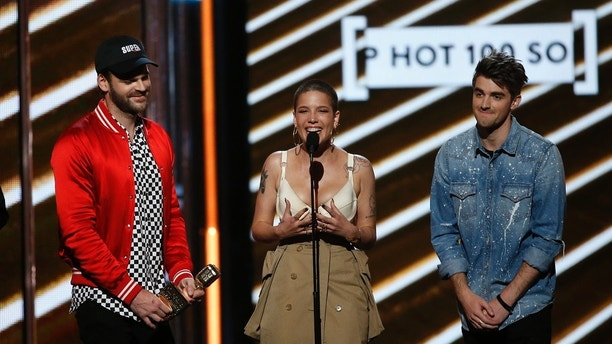 "2017 Billboard Music Awards – Show - Las Vegas, Nevada, U.S., 21/05/2017 - Musicians Alex Pall (L) of The Chainsmokers, Halsey (C), and Andrew Taggart of The Chainsmokers accept the award for Top Hot 100 Song ""Closer."" REUTERS/Mario Anzuoni - HP1ED5M04XGZK"