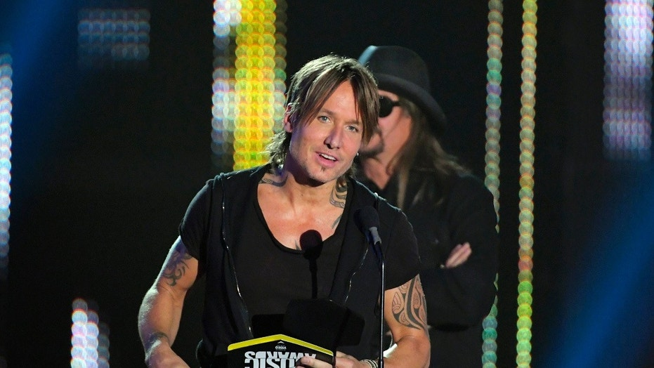"2017 CMT Music Awards  – Show - Nashville, Tennessee, U.S., 07/06/2017 - Keith Urban accepts the Video of the Year award from Kid Rock for ""Blue Ain't Your Color"". REUTERS/Harrison McClary - HP1ED6807UALE"