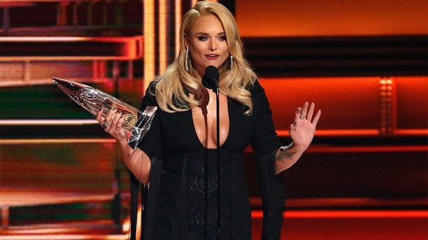 51st Country Music Association Awards – Show - Nashville, Tennessee, U.S., 08/11/2017 - Miranda Lambert accepts the Female Vocalist of the Year award. REUTERS/Mario Anzuoni - HP1EDB90AC4Q7