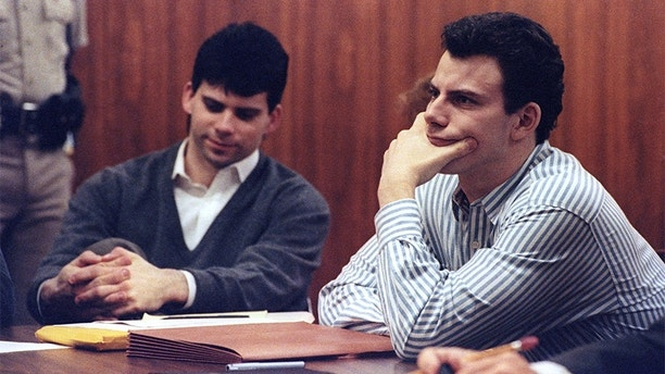 Erik Menendez (R) and brother Lyle listen to court proceedings during a May 17, 1991 appearance in the case of the shotgun murder of their wealthy parents in August 1989.  The California Supreme Court must decide whether to review a lower court decision to allow alleged tape confessions made to a psychiatrist as evidence before a preliminary hearing can take place.  REUTERS/Lee Celano - GF2DUMNWEAAB
