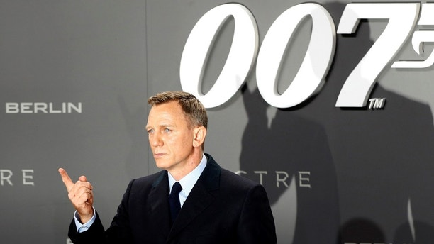 "Actor Daniel Craig poses for photographers on the red carpet at the German premiere of the new James Bond 007 film ""Spectre"" in Berlin, Germany, October 28, 2015. REUTERS/Fabrizio Bensch/Files - LR1ECAR0QCXHI"