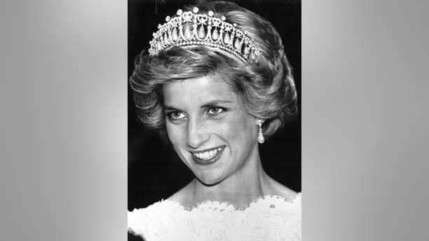 Princess Diana smiles wearing a Cambridge tiara during a dinner and a reception at the British Embassy in Washington, DC on November 10, 1985. Vice President George Bush and wife Barbra Bush attended. The dinner was hosted by Lady Wright.         REUTERS/Chas Cancellare - GF1DUDTHJCAA