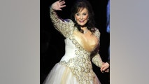 "Country legend Loretta Lynn waves after performing during the ""Grammy Salute to Country Music honoring Loretta Lynn"" in Nashville, Tennessee, October 12, 2010.    REUTERS/Tami Chappell (UNITED STATES - Tags: ENTERTAINMENT) - RTXTDHC"