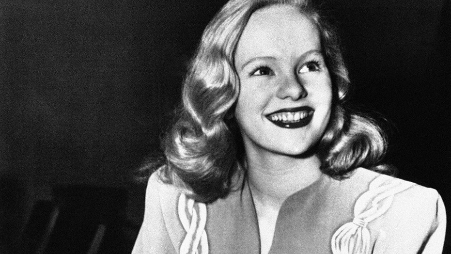 "FILE - In this Dec. 26, 1945, file photo, actress Peggy Cummins, 20, smiles in Superior Court, in Los Angeles, after her contract with Twentieth Century-Fox Studio had been approved. Cummins, who gave an indelible performance as the lethal, beret-wearing robber in the noir classic ""Gun Crazy,"" has died. Cummins, who retired from acting in the early 1960s, died Friday, Dec. 29, 2017, in London at age 92.  (AP Photo/File)"