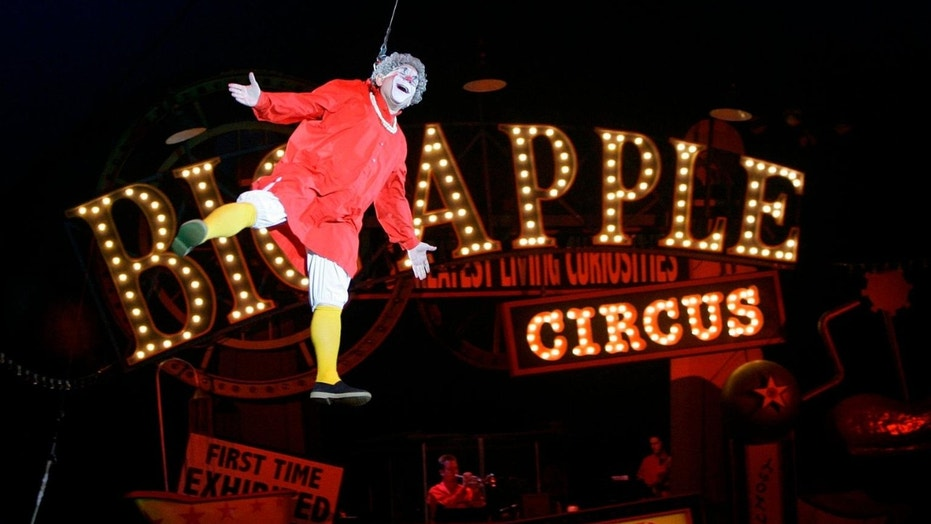 "This May 6, 2007 file photo shows Barry Lubin, as ""Grandma,"" performing in the Big Apple Circus in Boston. (AP Photo/Chitose Suzuki, File)"