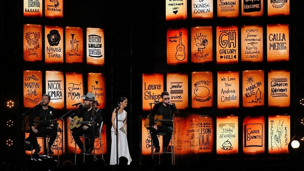 "60th Annual Grammy Awards – Show – New York, U.S., 28/01/2018 – Brothers Osborne, Maren Morris and Eric Church perform ""Tears in Heaven"" during the in memoriam tribute. REUTERS/Lucas Jackson - HP1EE1T07A5EF"