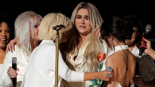 "60th Annual Grammy Awards – Show – New York, U.S., 28/01/2018 – Kesha (C) is embraced by a multitude of singers after they performed ""Praying."" REUTERS/Lucas Jackson - HP1EE1T082LFB"