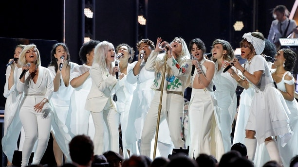 "60th Annual Grammy Awards – Show – New York, U.S., 28/01/2018 – Kesha (C) is joined by a multitude of singers as they perform ""Praying."" REUTERS/Lucas Jackson     TPX IMAGES OF THE DAY - RC12FC9AB430"