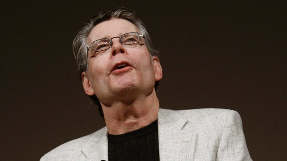 Author Stephen King speaks at a news conference to introduce the new Amazon Kindle 2 electronic reader in New York, February 9, 2009. The Kindle 2, the latest incarnation of the digital book reader is a slimmer version with more storage and a feature that reads text aloud to users.  REUTERS/Mike Segar  (UNITED STATES) - GM1E52A04AL01