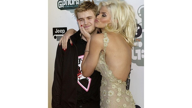 "Model and actress Anna Nicole Smith hugs her son Daniel as they arrive for ""G-Phoria - The Award Show 4 Gamers"" at the Shrine Auditoreum in Los Angeles, California July 31, 2004. ""G-Phoria - The Award Show 4 Gamers"" will premiere on G4techtv on Friday, August 6. REUTERS/Jim Ruymen  JR/CRB - RP5DRIABQSAA"