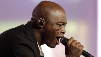 """Musician Seal performs as guest during opening show of the international young singers contest """"New Wave"""" in Jurmala July 26, 2011. REUTERS/Ints Kalnins (LATVIA - Tags: ENTERTAINMENT) - GM1E77R0LO201"""