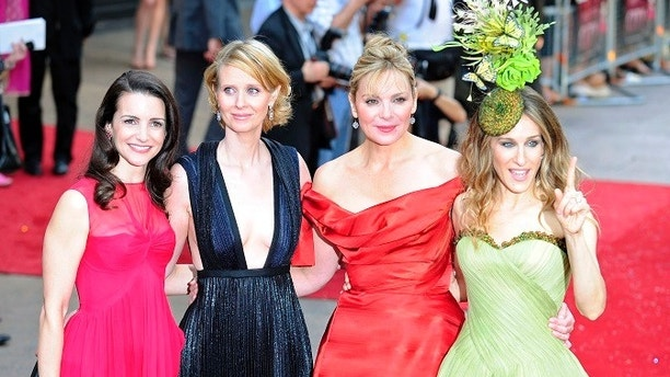 Actresses (L-R) Kristin Davis, Cynthia Nixon, Kim Cattrall and Sarah Jessica Parker arrive for the world premiere of ''Sex And The City: The Movie'' at Leicester Square in London May 12, 2008.  REUTERS/Dylan Martinez     (BRITAIN) - GM1E45D07PG01