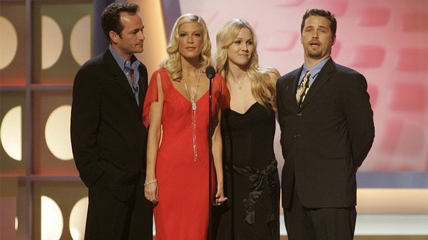 "The cast of the hit television series ""Beverly Hills 90210 (L-R) Luke Perry, Tori Spelling, Jennie Garth and Jason Priestley pay tribute to producer Aaron Spelling, the most prolific producer of television programming in history, prior to presenting Spelling with the Pioneer award at the 3rd annual TV Land Awards in Santa Monica, California March 13, 2005. Spelling created such shows as ""Dynasty,"" ""Beverly Hills 90210,"" ""The Mod Squad"" and ""7th Heaven."" The awards show honors classic television shows and performers. The 3rd annual TV Land Awards will be telecast in the United States on the TV Land cable channel March 16. REUTERS/Fred Prouser  FSP - RP6DRMRSGGAC"