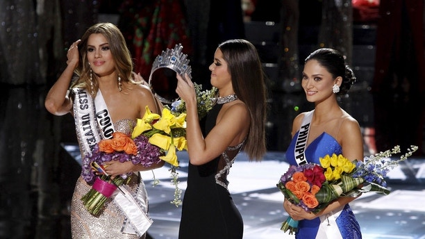 Miss Colombia Ariadna Gutierrez (L) stands by as Miss Universe 2014 Paulina Vegas transfers the crown to winner Miss Philippines Pia Alonzo Wurtzbach (R) during the 2015 Miss Universe Pageant in Las Vegas, Nevada, December 20, 2015. Miss Colombia was originally announced as the winner but the host Steve Harvey said he made a mistake when reading the card. REUTERS/Steve Marcus  ATTENTION EDITORS - FOR EDITORIAL USE ONLY. NOT FOR SALE FOR MARKETING OR ADVERTISING CAMPAIGNS   TPX IMAGES OF THE DAY      - GF10000272657