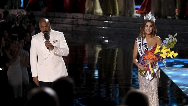 Host Steve Harvey (L) speaks to the audience after Miss Colombia Ariadna Gutierrez (R) was crowned Miss Universe during the 2015 Miss Universe Pageant in Las Vegas, Nevada, December 20, 2015. Harvey said he made a mistake when reading the card. Miss Philippines Pia Alonzo Wurtzbach is the actual winner. REUTERS/Steve Marcus ATTENTION EDITORS - FOR EDITORIAL USE ONLY. NOT FOR SALE FOR MARKETING OR ADVERTISING CAMPAIGNS      TPX IMAGES OF THE DAY      - GF10000272673