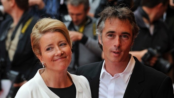British actress Emma Thompson poses for photographers with husband Greg Wise at the premiere of her new film called 'Last Chance Harvey' in Leicester Square, London June 3, 2009.  REUTERS/ Kieran Doherty  (BRITAIN ENTERTAINMENT) - GM1E56404KH01