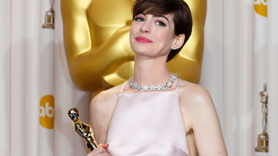 """Anne Hathaway, best supporting actress winner for her role in """"Les Miserables"""" poses with her Oscar at the 85th Academy Awards in Hollywood, California February 24, 2013."""