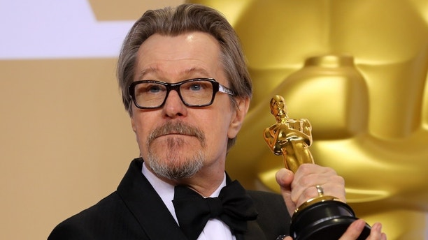 "90th Academy Awards - Oscars Backstage - Hollywood, California, U.S., 04/03/2018 - Gary Oldman winner for Best Actor for ""Darkest Hour"" REUTERS/Mike Blake - HP1EE350F10FK"