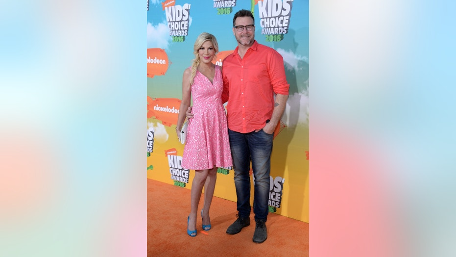 Actress Tori Spelling and husband, actor Dean McDermott, arrive at Nickelodeon's Kids' Choice Awards in Inglewood, California March 12, 2016. REUTERS/Phil McCarten - TB3EC3D04F6D7