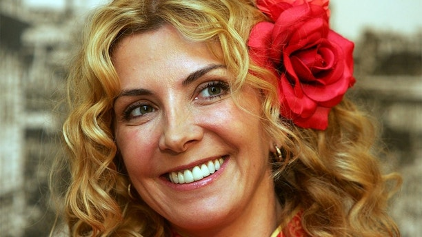 """British actress Natasha Richardson listens to a question during a news conference for the movie """"The White Countess"""" in Shanghai October 8, 2004. The movie is set in Shanghai in the late 1930 about the relationship between a disillusioned former U.S. diplomat and a refugee Russian countess reduced to a sordid life in the city's bars. """"The White Countess"""" is a co-production between Shanghai Film Group Corporation and Merchant Ivory Productions. REUTERS/Claro Cortes IV  CC/LA - RP5DRHYUTXAA"""