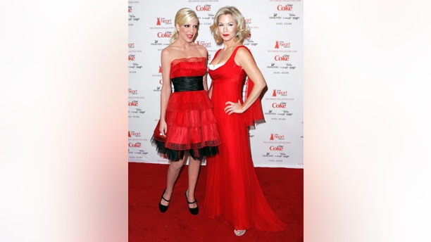 Actresses Tori Spelling (L) and Jennie Garth arrive for the Heart's Truth Red Dress collection show at New York Fashion Week in New York, February 13, 2009.    REUTERS/Carlo Allegri   (UNITED STATES) - GM1E52E08DF01