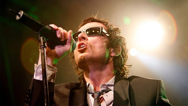 Lead singer Scott Weiland performs with Stone Temple Pilots in West Hollywood, California April 7, 2008. After a five-year breakup the band announced their reunion tour, beginning May 17 in Columbus, Ohio. REUTERS/Mario Anzuoni   (UNITED STATES) - GM1E44819WJ01