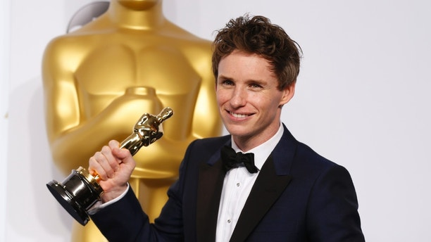 """Eddie Redmayne poses with his Oscar for best actor nominee for his role in """"The Theory of Everything"""" at the 87th Academy Awards in Hollywood, California February 22, 2015.  REUTERS/Lucy Nicholson  (UNITED STATES TAGS:ENTERTAINMENT) (OSCARS-BACKSTAGE)  - RTR4QPRB"""