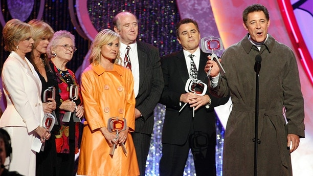 Cast members of the television series 'The Brady Bunch' (L-R) Florence Henderson, Susan Olsen, Ann B. Davis, Maureen McCormick, producer Lloyd Schwartz, Christopher Knight and Barry Williams accept the TV Land Pop Culture Award during the taping of the 5th Annual TV Land Awards in Santa Monica, California April 14, 2007.   REUTERS/Fred Prouser      (UNITED STATES) - GM1DVAUTFXAA