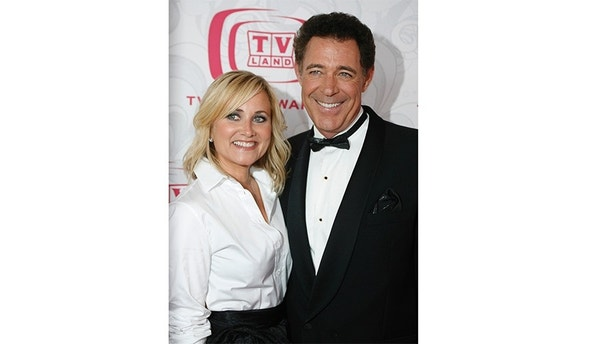 """Cast members of the television series """"The Brady Bunch"""" Maureen McCormick (L) and Barry Williams pose together as they arrive for the taping of the 5th Annual TV Land Awards in Santa Monica, California April 14,  2007.  The show will be telecast on the TV Land cable channel April 22.  REUTERS/Fred Prouser      (UNITED STATES) - GM1DVAVFZIAA"""