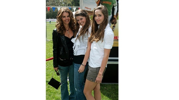 """Maria Shriver (L) and daughters Katherine (C) and Christina Schwarzenegger arrive at the premiere of the film """"The Benchwarmers"""" in Los Angeles, California April 2, 2006. REUTERS/Max Morse - GM1DSHLUUNAA"""