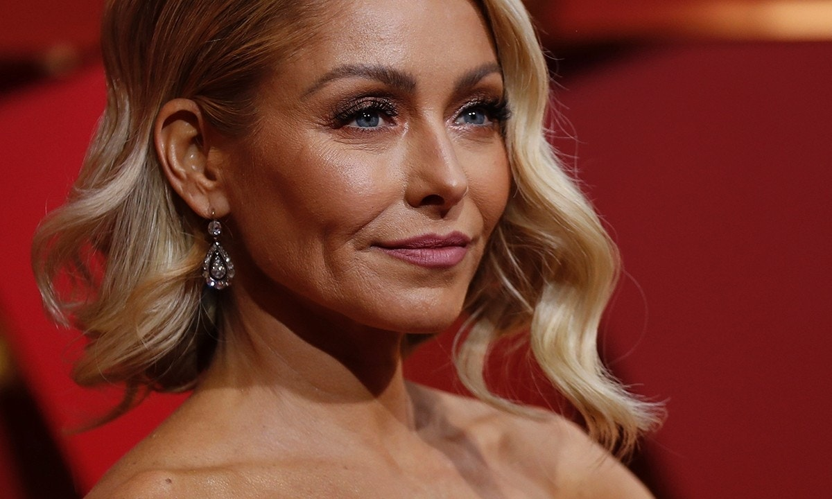 Kelly Ripa Body Shamed For Sexy Bikini Picture Snapped
