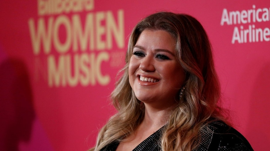 """Kelly Clarkson is firing back at an eliminated """"Voice"""" contestant who called her """"small-minded."""""""