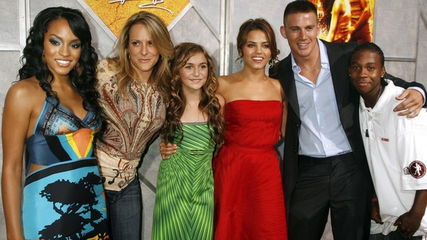 """Cast members Drew Sidora, director Anne Fletcher, Alyson Stoner, Jenna Dewan, Channing Tatum and De'Shawn Washington (from L to R), of the new film """"Step Up"""" pose at the film's premiere in Hollywood August 7, 2006. The film opens in the U.S. August 11. REUTERS/Fred Prouser (UNITED STATES) - GM1DTFNPIXAA"""