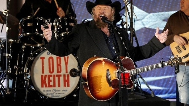 "Toby Keith performs at the ""Make America Great Again! Welcome Celebration"" concert at the Lincoln Memorial in Washington, U.S., January 19, 2017. REUTERS/Mike Segar - RC15D7DE20C0"