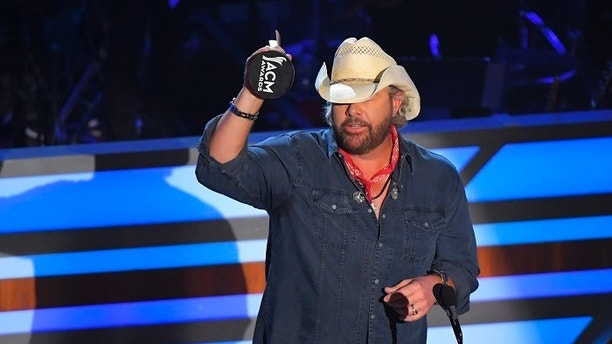 11TH Annual ACM Honors – Show – Nashville, Tennessee, U.S., 23/08/2017 - Toby Keith accepts the Poet's Award. REUTERS/Harrison Mcclary - HP1ED8O024F5S