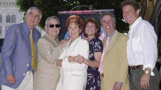 """Actress Marion Ross (3rdL), who portrayed the matriarch on thetelevision comedy series """"Happy Days,"""" poses with the show's creatorGarry Marshall (L) and cast members Tom Bosley (2ndL), Erin Moran(3rdR), Henry Winkler (2ndR) and Anson Williams following a ceremonyhonoring her with the 2,182nd star on the Hollywood Walk of Fame July12, 2001 in Los Angeles, California.JR - RP2DRIMVXZAA"""