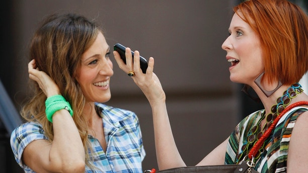 "Actresses Sarah Jessica Parker (L) and Cynthia Nixon perform a scene during filming of the upcoming movie ""Sex and the City 2"" in New York September 4, 2009.  REUTERS/Lucas Jackson (UNITED STATES ENTERTAINMENT) - GM1E5950DO201"