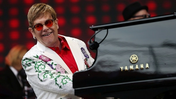 Musician Elton John performs at a concert in Twickenham in London, Britain June 3, 2017. REUTERS/Neil Hall - RC1AF4B7A7E0