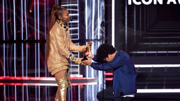 Bruno Mars, right, presents the Icon award to Janet Jackson at the Billboard Music Awards at the MGM Grand Garden Arena on Sunday, May 20, 2018, in Las Vegas. (Photo by Chris Pizzello/Invision/AP)