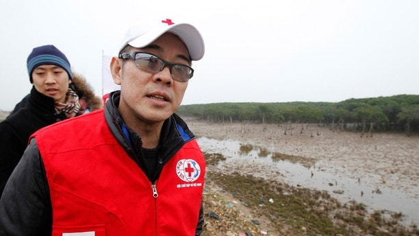 Jet Li, Goodwill Ambassador for the International Federation of the Red Cross and Red Crescent Societies (IFRC), visits a mangrove plantation supported by IFRC in Thanh Hoa province, 150 km (93 miles) south of Hanoi January 23, 2011. The action star is in Vietnam to support IFRC projects. REUTERS/Kham (VIETNAM - Tags: ENTERTAINMENT SOCIETY HEALTH) - GM1E71N172L01