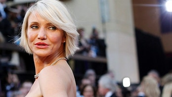 Actress Cameron Diaz poses as she arrives at the 84th Academy Awards in Hollywood, California February 26, 2012. REUTERS/Mario Anzuoni (UNITED STATES - Tags: ENTERTAINMENT) (OSCARS-ARRIVALS) - GF2E82R07M701