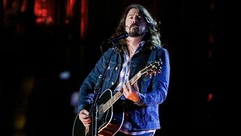 Musician Dave Grohl performs during the Concert for Valor on the National Mall on Veterans' Day in Washington, November 11, 2014.          REUTERS/Jonathan Ernst (UNITED STATES  - Tags: ENTERTAINMENT ANNIVERSARY MILITARY)   - TB3EABC02Q6P5